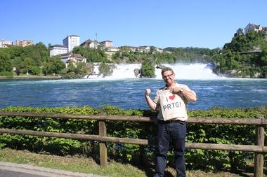 Thomas and the PRTG bag in front of the Rheinfall of Schaffhausen